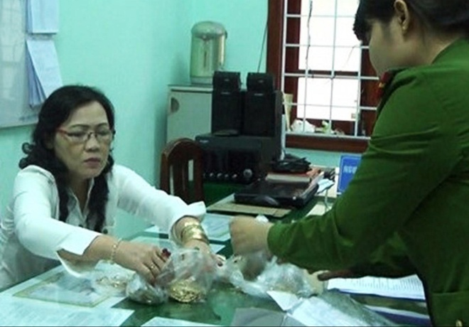 Trinh sat nhap vai lan theo dau vet ke chu muu trom 100 luong vang hinh anh 3