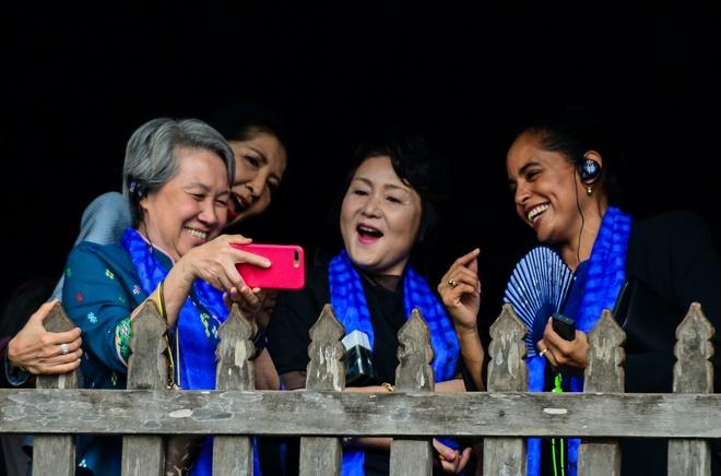 Phu nhan nha lanh dao cap cao APEC chup selfie o pho co Hoi An hinh anh
