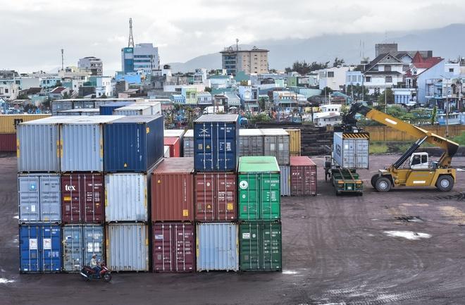 Hon 1.500 container hang un u o cang Quy Nhon hinh anh