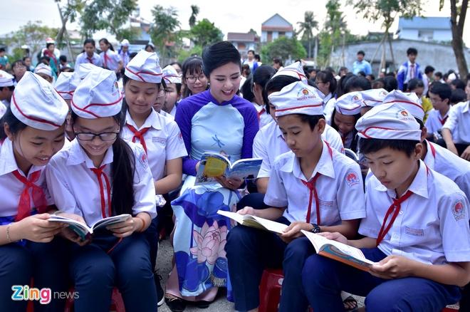Hoa hau Ngoc Han tang sach anh 3