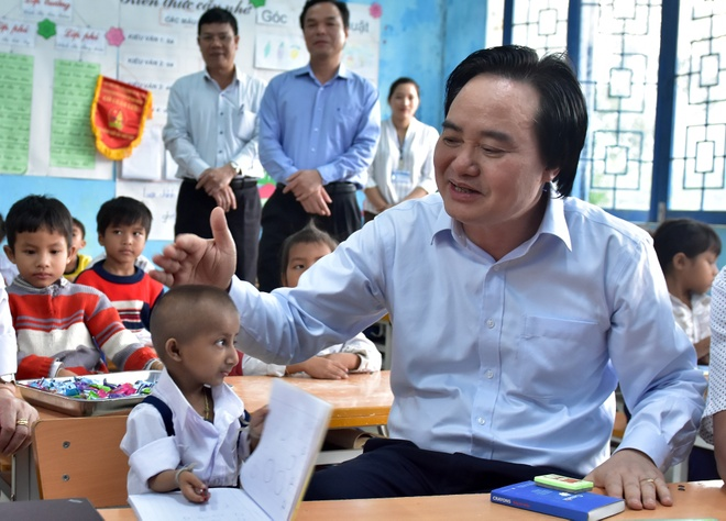Bo truong GD&DT Phung Xuan Nha tham cau be ti hon o Quang Ngai hinh anh