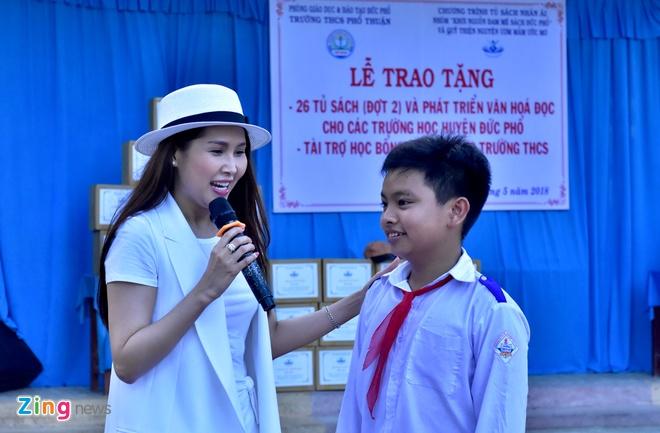 Minh Thu giao luu am nhac, tang sach cho hoc sinh Quang Ngai hinh anh 2