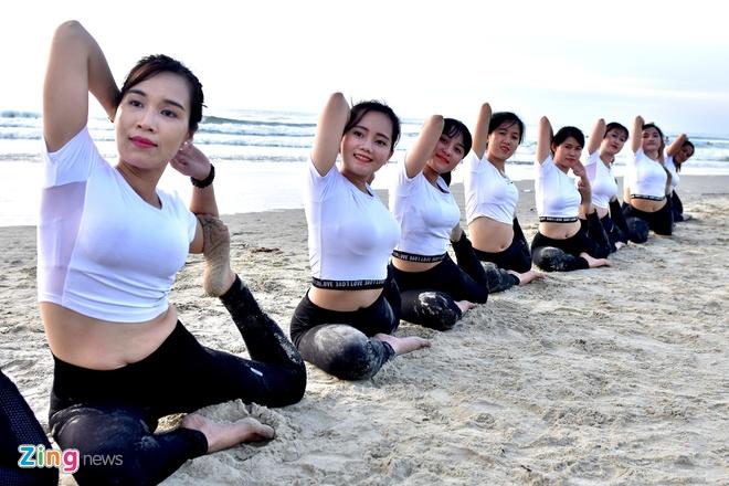 Tap yoga ben bai bien noi tieng Quang Ngai hinh anh