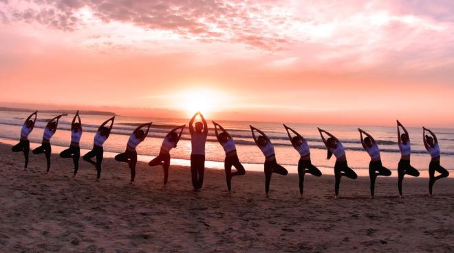 Chiem nguong ve dep Yoga binh minh ben bai bien Quang Ngai hinh anh