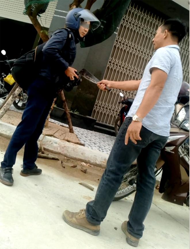 Phong vien xin giam an cho nguoi cam dao doa giet minh hinh anh 2