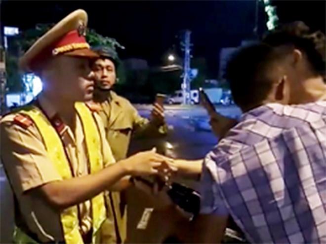 Tranh cãi với nam thanh niên, cảnh sát giao thông bất ngờ té ngã