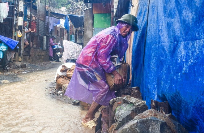 Sau vu lo nui, dan Nha Trang do xo lam ke quanh nha tranh nuoc xiet hinh anh