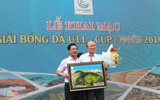 Nguoi ham mo vay quanh HLV Park Hang-seo o Quang Ngai hinh anh 10