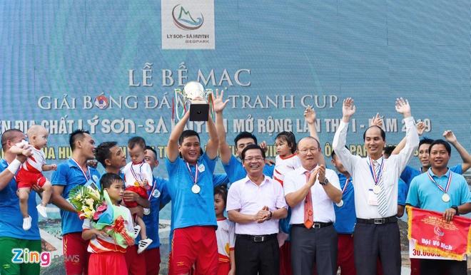 Nguoi ham mo vay quanh HLV Park Hang-seo o Quang Ngai hinh anh 6