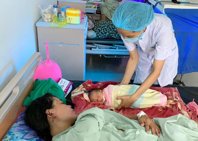 Me suyt mat con vi thai ngoi nguoc bi ket dau ben trong khi sinh hinh anh 1