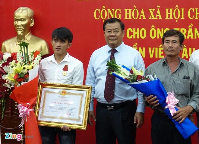 Chang trai vat lon voi song du cuu nguoi o Hoang Sa hinh anh 2