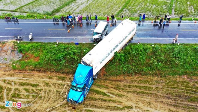 Ôtô chở 12 nhà sư lấn làn, đối đầu xe container khiến 3 người chết