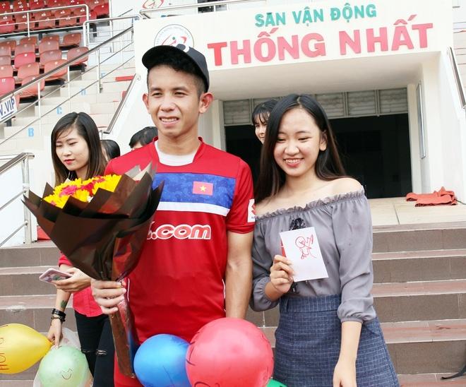 Fan nu to chuc sinh nhat cho Hong Duy o san Thong Nhat hinh anh 2