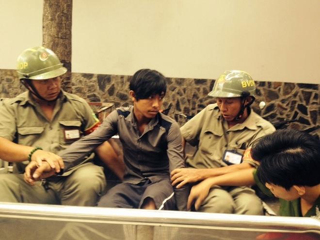Canh sat dac nhiem no 5 phat sung bat 2 ten cuop o Sai Gon hinh anh 1 1 trong 2 tên cướp bị hình sự đặc nhiệm nổ súng bắt giữ