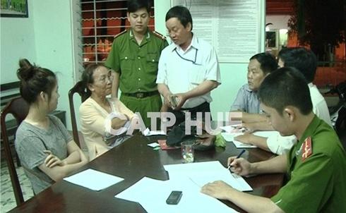 Lãnh đạo Công an TP Huế trả lại tài sản cho bị hại.