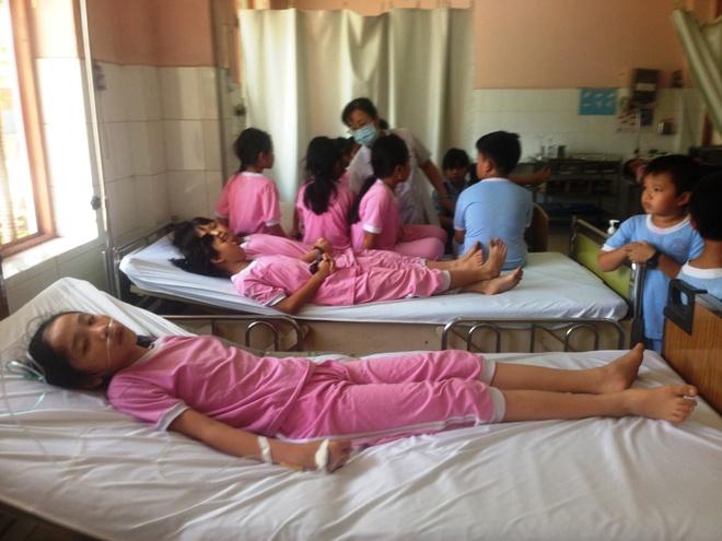 Gan 100 hoc sinh bi ngo doc sau bua com chien hinh anh 1 Các em học sinh bị ngộ độc hàng loạt được đưa vào bệnh viện cấp cứu.