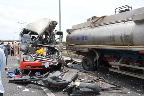 Vu 7 nguoi chet tren cao toc: Xe bon vo can? hinh anh 1 Hiện trường vụ tai nạn.