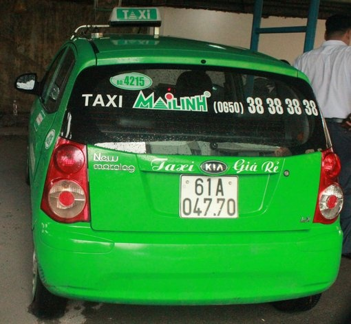 Bat nghi can nguoi nuoc ngoai trom xe taxi hinh anh