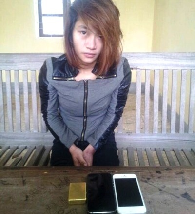 Tiep vien massage cuom 2 iPhone cua khach nuoc ngoai hinh anh