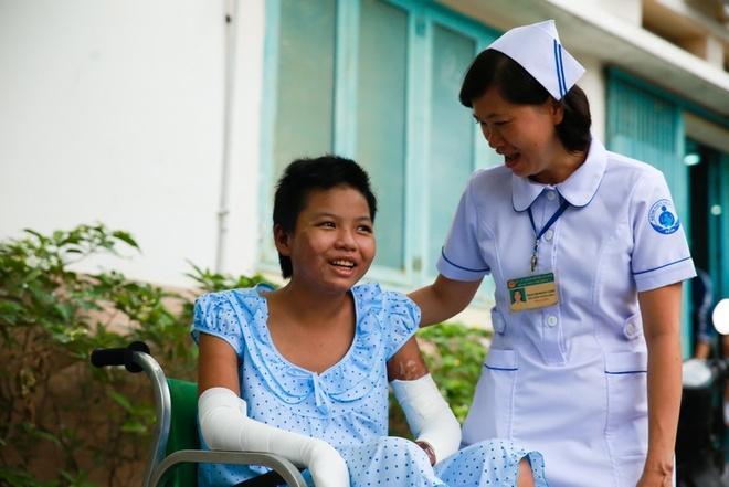 Nu cuoi ngay ra vien cua co be ban ve so bi me dot hinh anh 10 Cô cảm ơn các y tá khi được dặn dò chăm sóc vết thương tại nhà.