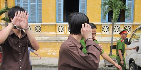 Be gai tu van sau khi bi cuong buc tap the hinh anh 1 Hưng và Trí được dẫn giải đưa về trại.