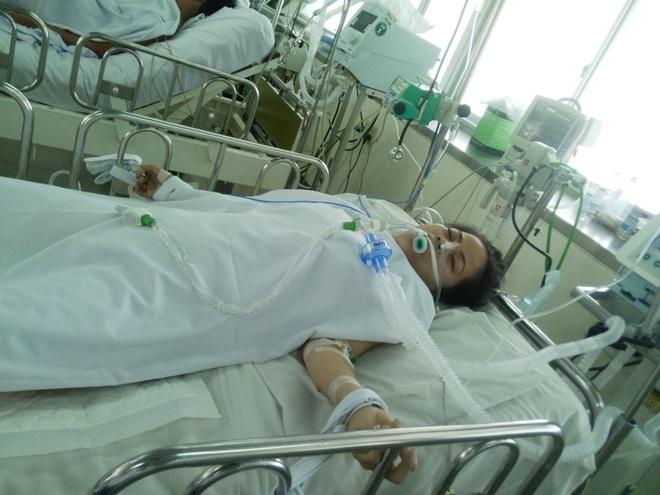 Them mot nguoi tu vong trong vu sap can gac hinh anh 1 Công nhân Linh bị dập phổi đang được các bác sĩ theo dõi trong phòng ICU. Ảnh: Khánh Trung.