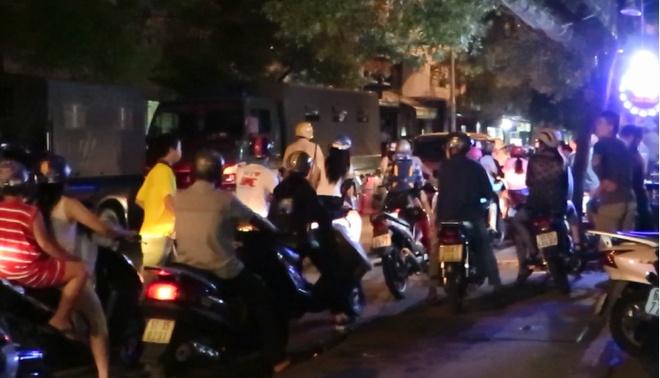 Tam giu 11 nguoi trong vu kham xet nha trum ma tuy o Sai Gon hinh anh 1 Cảnh sát đưa các nghi can lên xe chở về trụ sở điều tra. Ảnh: Khánh Trung.