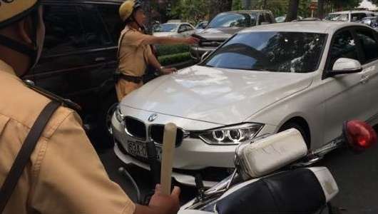 Lai xe BMW tong canh sat giao thong o Sai Gon hinh anh