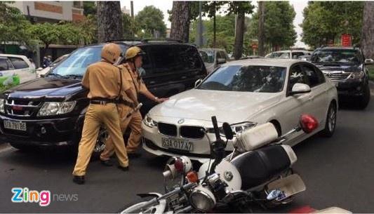 Lai xe BMW tong canh sat giao thong o Sai Gon hinh anh 2