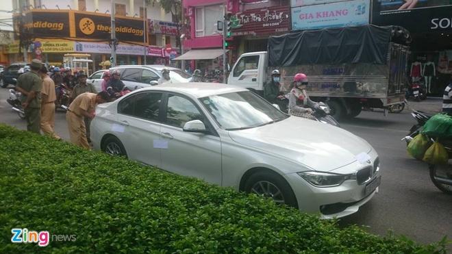 Lai xe BMW tong canh sat giao thong o Sai Gon hinh anh 8