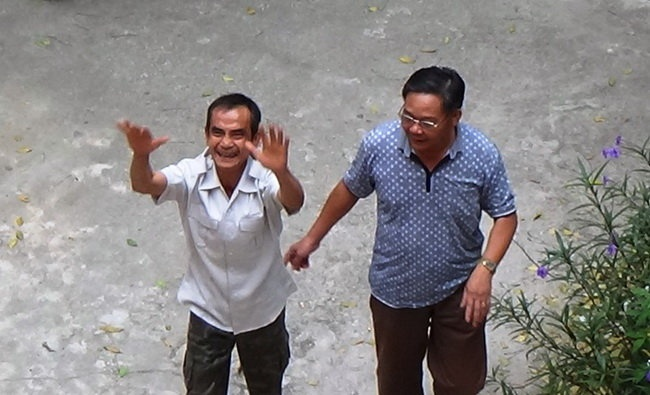 Vi sao 17 nam ong Huynh Van Nen chiu noi oan giet nguoi hinh anh 1 Ông Huỳnh Văn Nén (trái) vui sướng trong sáng 28/11 khi nhận quyết định đình chỉ điều tra - Ảnh: Ng.Nam