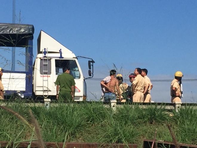 Tài xế xe tải (cởi áo) đạp CSGT xuống đất. Ảnh: Phước Hòa.