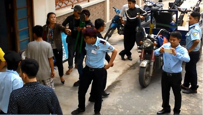 Bà Hương đang chỉ đạo nhóm thanh niên