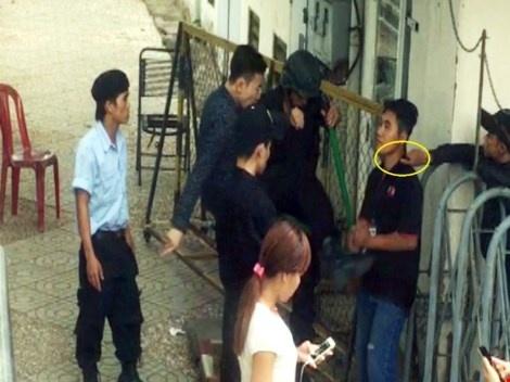 Nhóm thanh niên được bà Hương dẫn tới đang dí dao vào cổ và đá vào bụng một thành viên Ban quản trị chung cư.