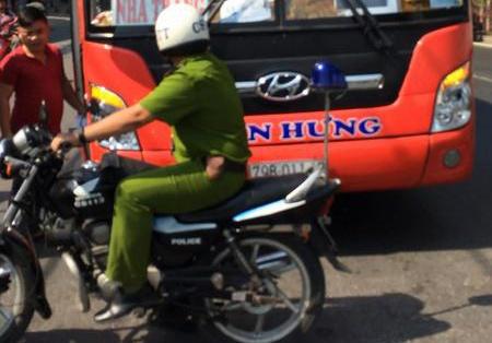 Canh sat no 3 phat sung tran ap tai xe xe khach hinh anh
