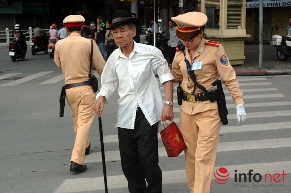 Phat hanh chinh nguoi di bo sai luat co kha thi? hinh anh 2