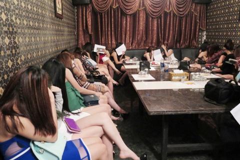 Hang tram co gai mac do kheu goi tai quan karaoke khong phep o Sai Gon hinh anh 1