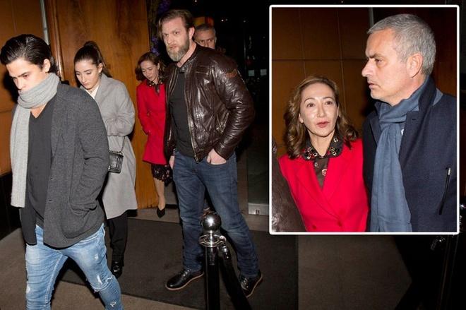 Mourinho tro ve London sau chuc vo dich League Cup hinh anh