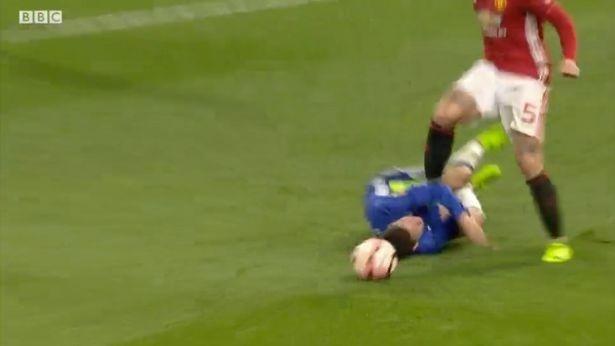 Dap vao bung Hazard, Rojo van thoat an phat cua FA hinh anh 1