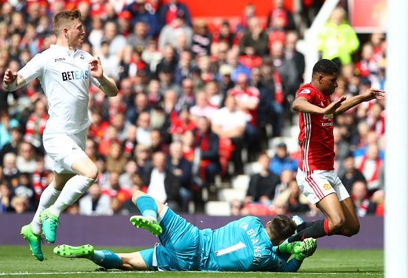 Bi Swansea cam hoa, fan MU do loi cho Herrera hinh anh 2