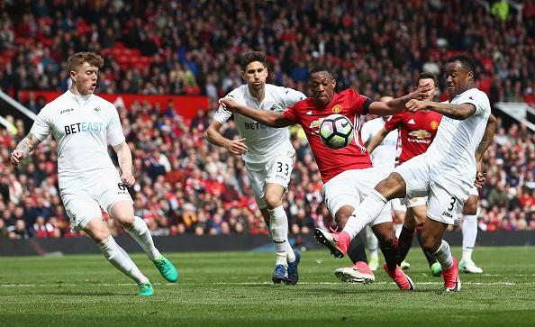 Bi Swansea cam hoa, fan MU do loi cho Herrera hinh anh 1