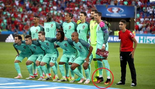 Ronaldo lai bi boc me tro an gian chieu cao hinh anh 9