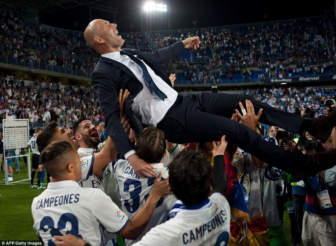 Bien nguoi chao don HLV Zidane cung cac hoc tro tro ve Madrid hinh anh 9