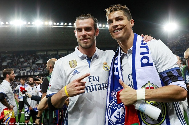 Bien nguoi chao don HLV Zidane cung cac hoc tro tro ve Madrid hinh anh 11