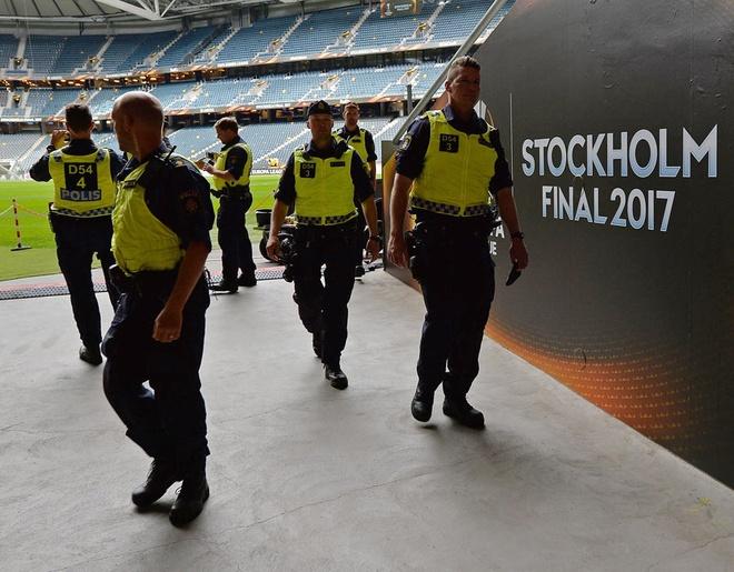 UEFA tang cuong an ninh bao ve tran Man Utd - Ajax hinh anh 6