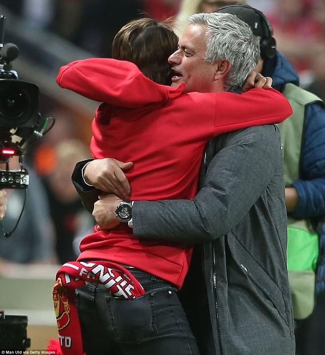 Hai cha con Mourinho nga lan tren san mung chuc vo dich Europa League hinh anh 5