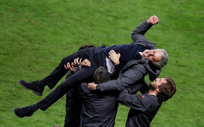 Hai cha con Mourinho nga lan tren san mung chuc vo dich Europa League hinh anh 2