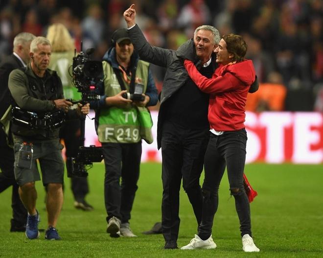 Hai cha con Mourinho nga lan tren san mung chuc vo dich Europa League hinh anh 3