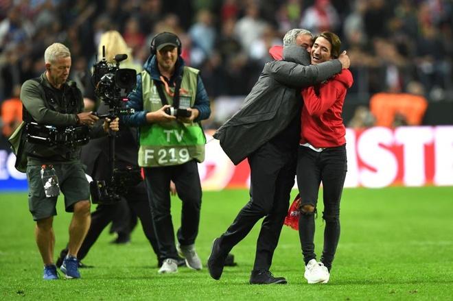 Hai cha con Mourinho nga lan tren san mung chuc vo dich Europa League hinh anh 4