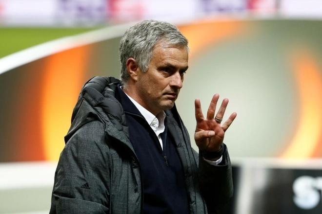 Hai cha con Mourinho nga lan tren san mung chuc vo dich Europa League hinh anh 8